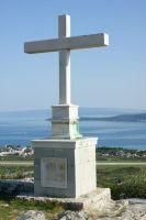 kríž pred kostolíkom Sv. Nofra
