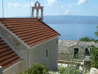 Stare Selo pod horským masivem Mosor pohled na ostrov Brač