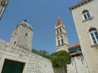 Trogir katedrála Sv.Vavřince ze 13.století vlevo je věž s hodinami, vpravo zeď budovy radnice